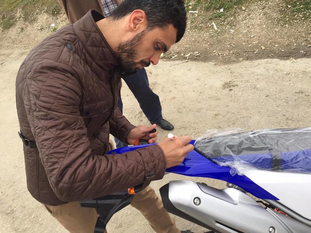 Kenan Sofuoğlu在他新購入的Yamaha WR250重機上簽名