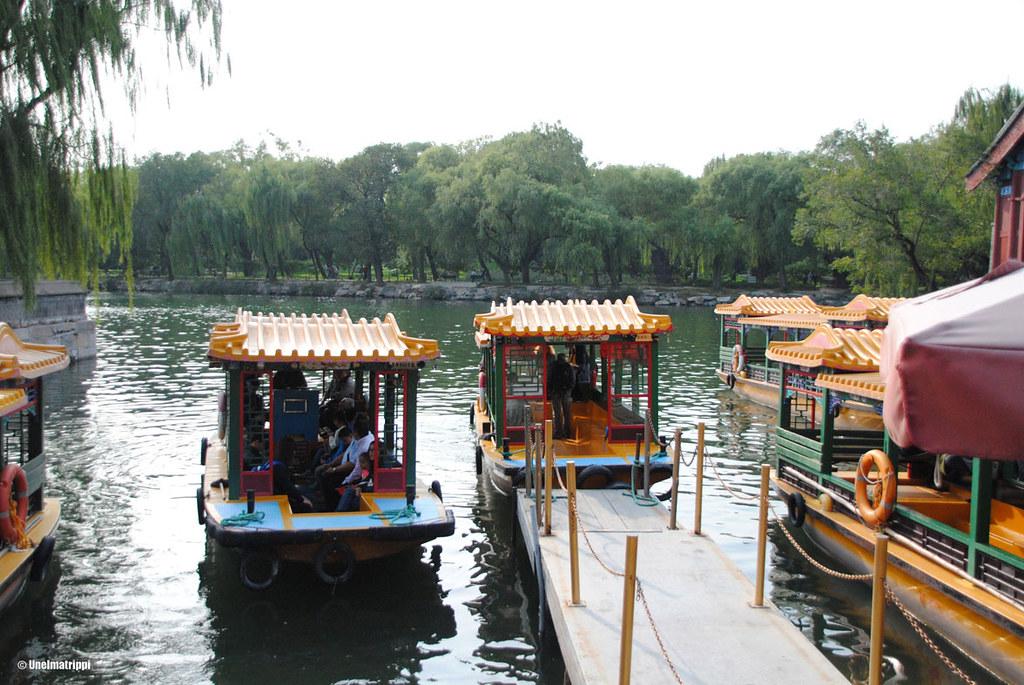 Perinteisiä veneitä kyyditsemässä turisteja Kesäpalatsin vesillä