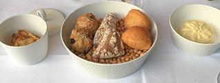 Brotsortiment auf Kirschkernen, Butter, Kartoffelpürée