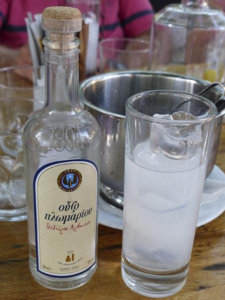 un verre d'ouzo plomari