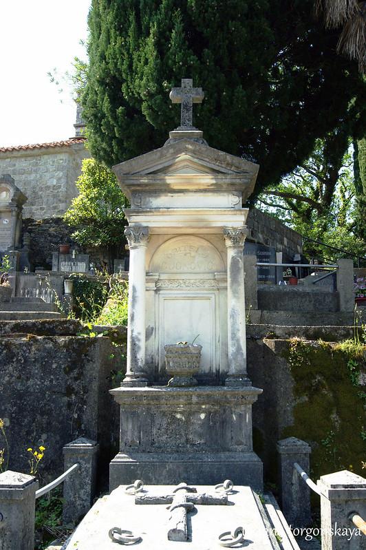 Старое каменное надгробие с крестом