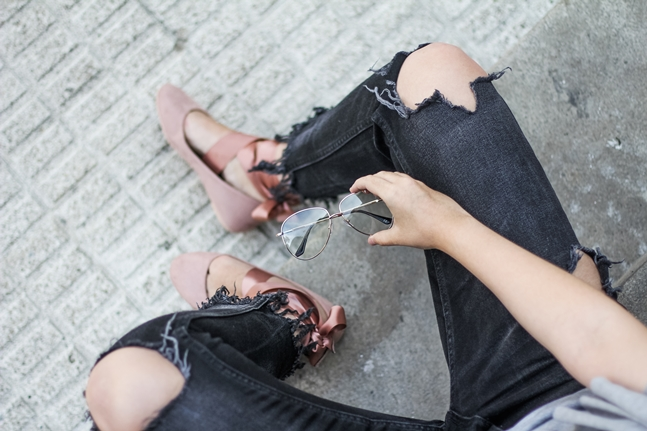 frayed jeans lace up flats ruggle top choker asos myblueberrynightsblog