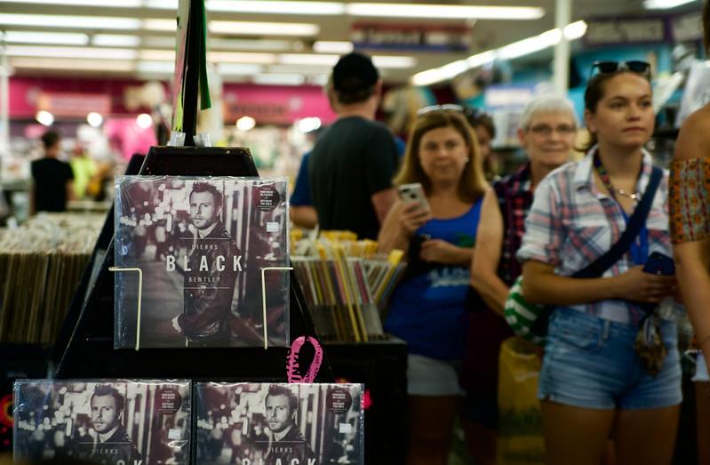 Dierks Bentley @ VIntage Vinyl