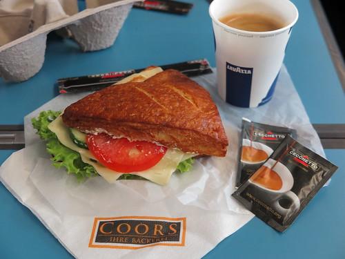Vegetarisch belegte Laugenecke von der Bäckerei Coors (Osnabrück Hbf) mit Cafe Creme aus dem Bordrestaurant als Frühstück im schweizerischen EC