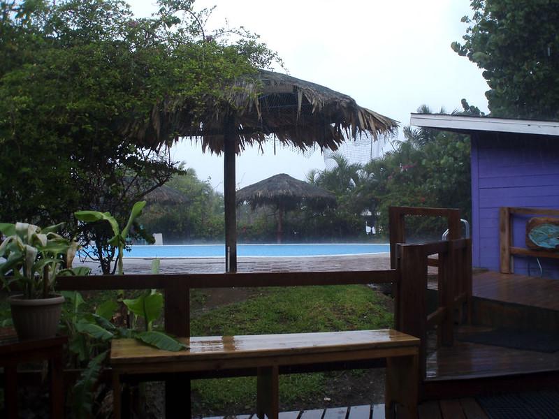 Llueve sobre la piscina del Resort. No panic, solo llovió ese día.