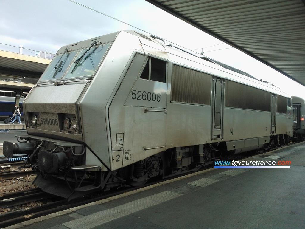 La locomotive électrique bicourant BB 26006 SYBIC SNCF à Paris Gare de Lyon