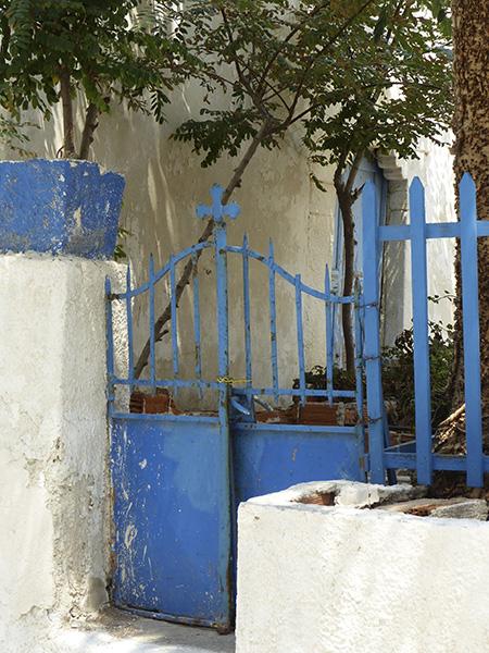 grille et croix bleue