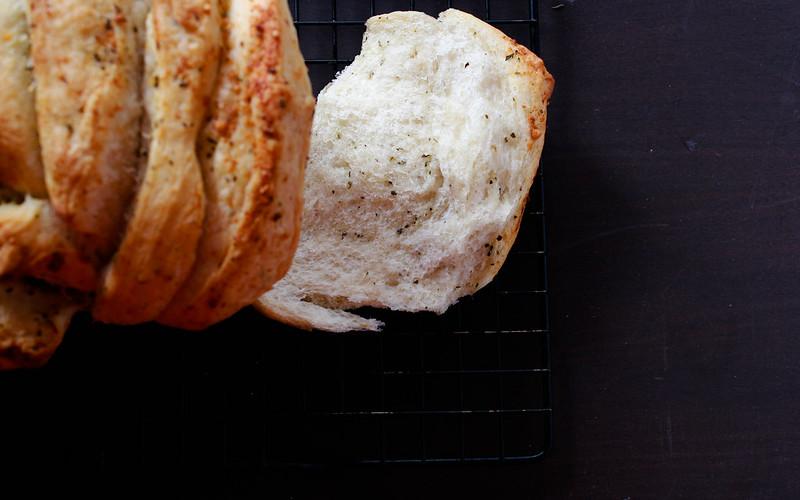 GARLIC & BASIL PULL APART BREAD