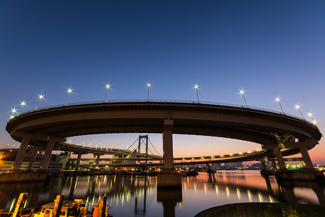 夜明けの時間帯のレインボーブリッジ
