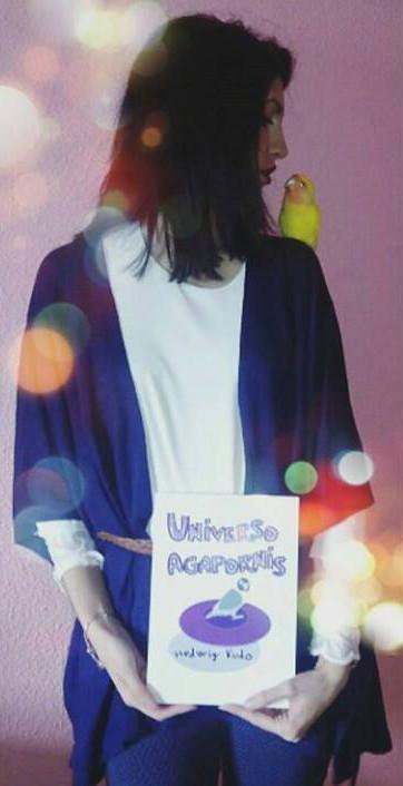 Marta con su ejemplar de Universo Agapornis