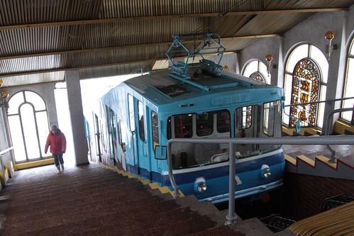 'Λ' (left) car stopped at the upper station