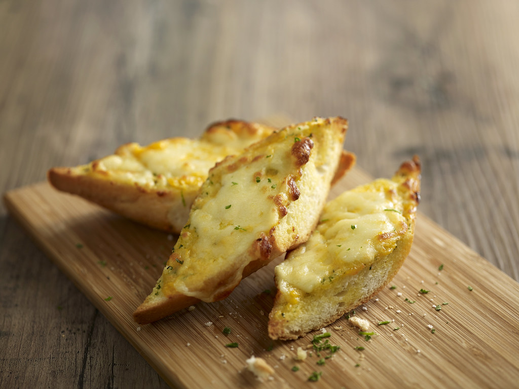 104886 Cheesy Garlic Bread