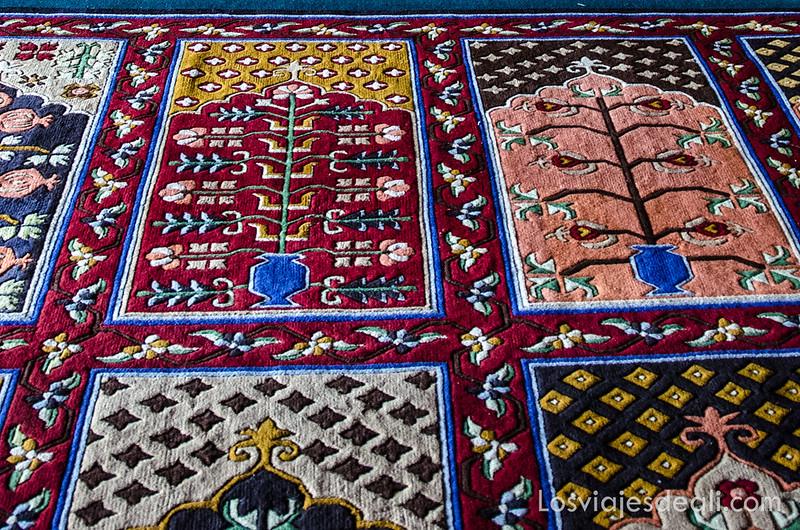 alfombras de oración en la mezquita de Leh