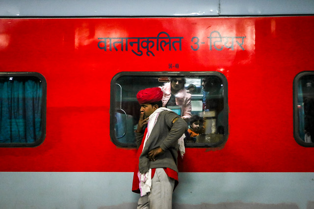 A red turbaned porter at Jaipur Junction railway station, India ジャイプール鉄道駅で物思いにふけるポーター