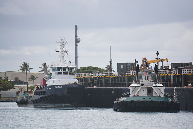 Hawaii and Piilani with barge