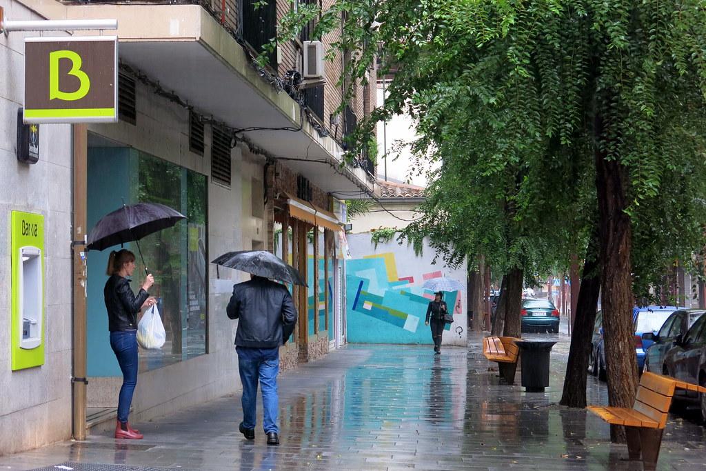 calle grande y lluvia