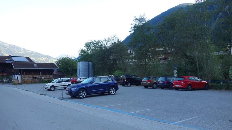 Aan de rand van het dorp vind je de parking waar je je auto voor een week kwijt kan.