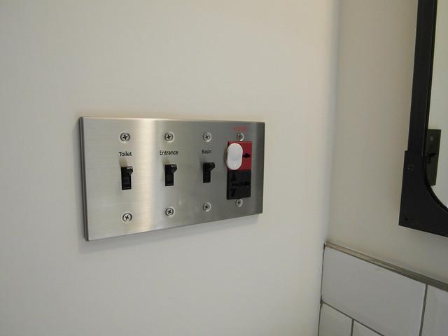 復古的按鍵式開關,220V 的插座還怕被誤用所以蓋上電源保護蓋,插座孔都是國際插座設計,國外旅客免轉接頭也能使用@雀客旅館CHECK INN