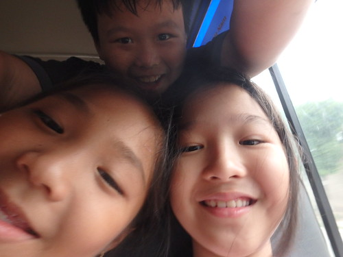 field-trip-kids-with-camera-9