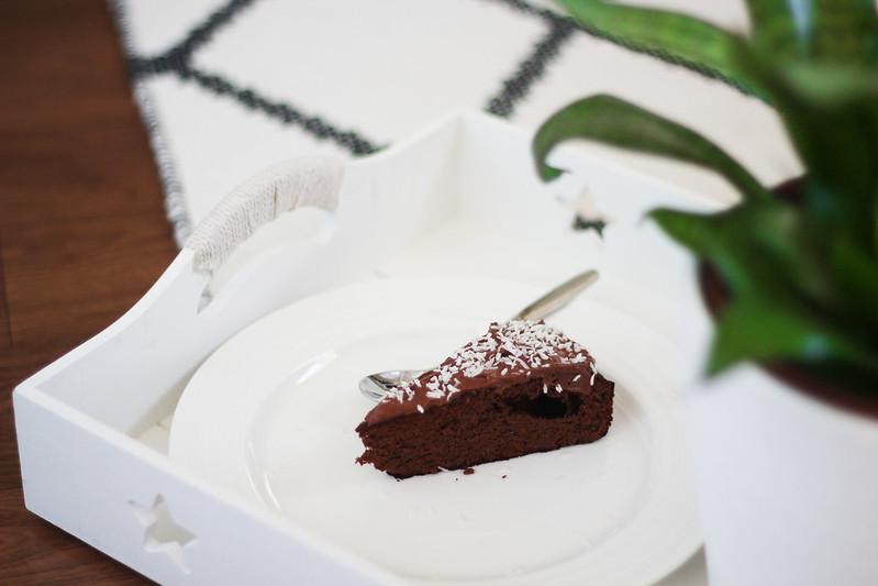terveellinen kolmen raaka-aineen suklaakakku blogi