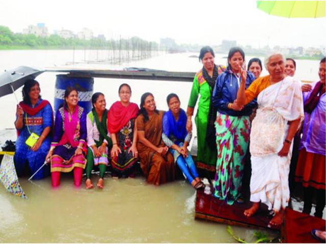 पीपल्याहाना तालाब अतिक्रमण के विरोध में महिलाओं का मनोबल बढ़ातीं मेधा पाटकर