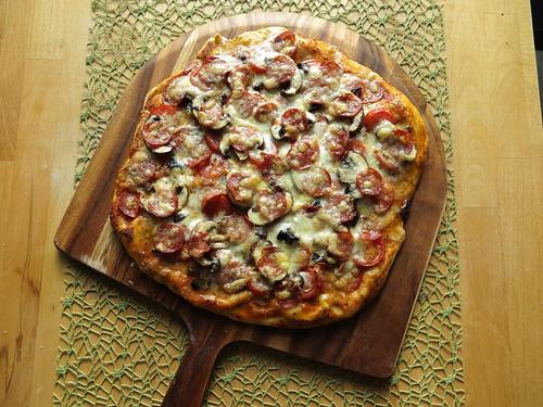 pizza mit tomaten mozzarella oliven champignons und salsiccia napoli piccante gourmandise. Black Bedroom Furniture Sets. Home Design Ideas