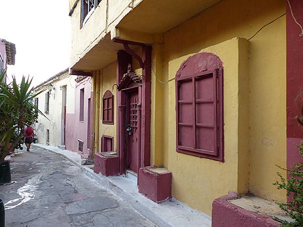 maison jaune et rouge