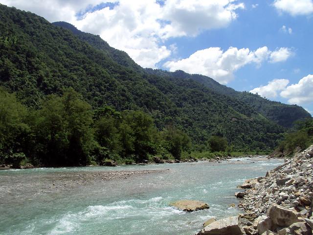 घुत्तु गाँव के बगल से निकलती हुई बांदल नदी