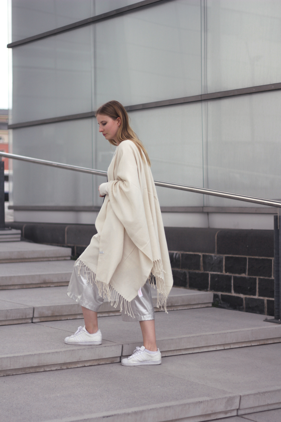 outfit poncho cape creme weiss frasen culotte turnshuhe adidas pieces zara