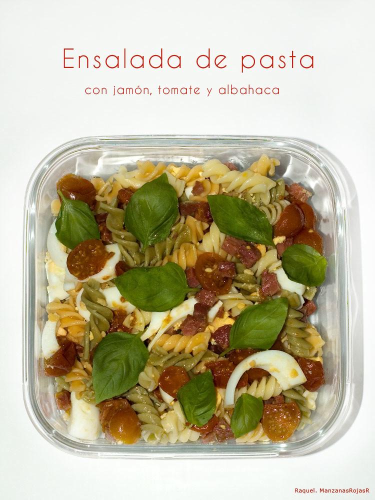 Ensalada de pasta con jamón, tomate y albahaca. ManzanasRojasR