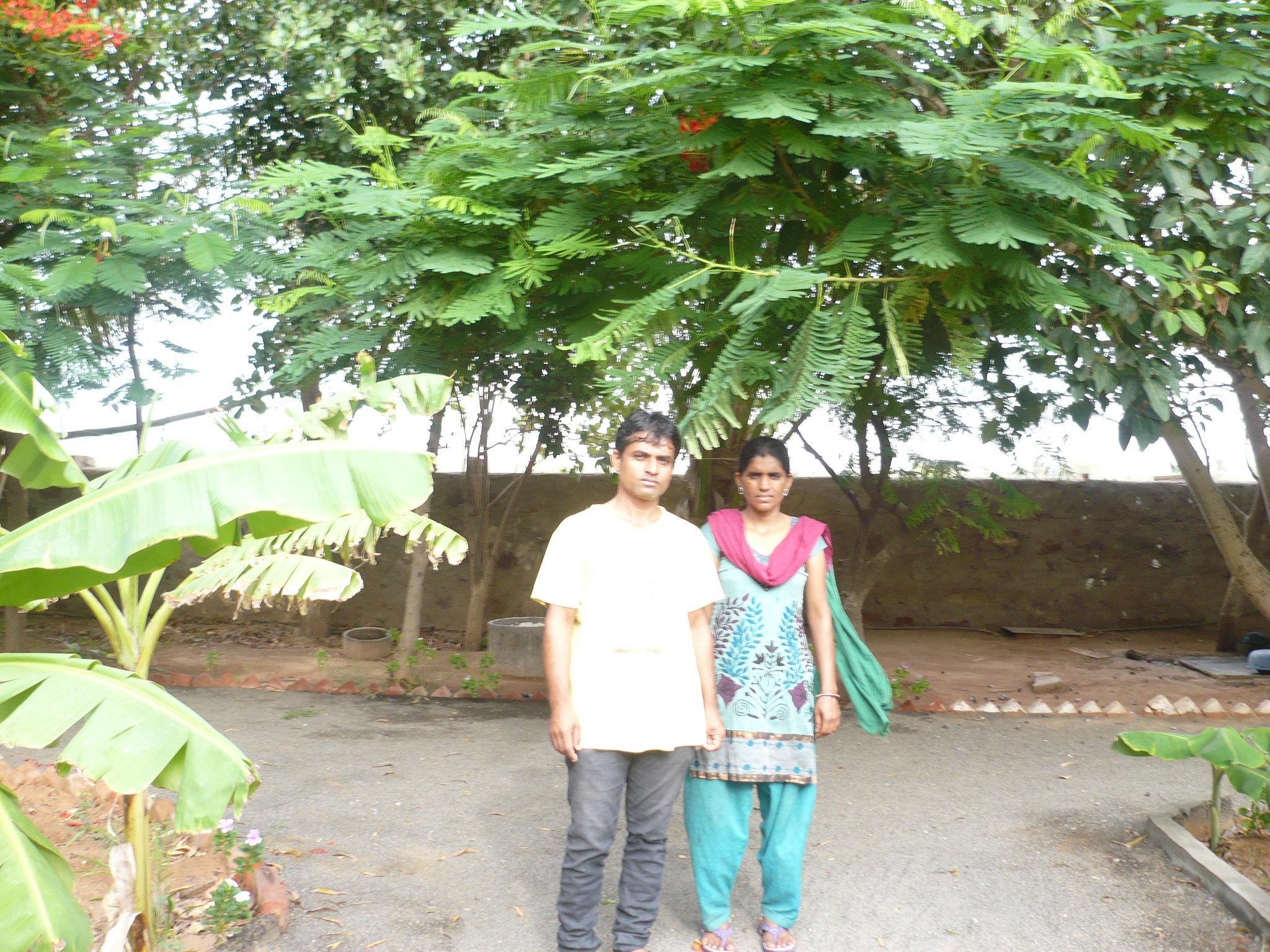 प्रेम भाई अपने पत्नी के साथ