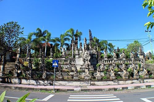 Gapura Bentar dan Arca-arca Ramayana