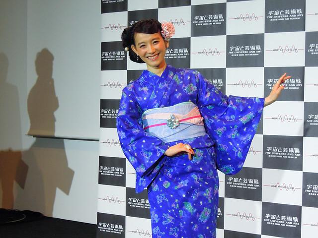 自分でデザインした着物を披露する、篠原ともえさん_3