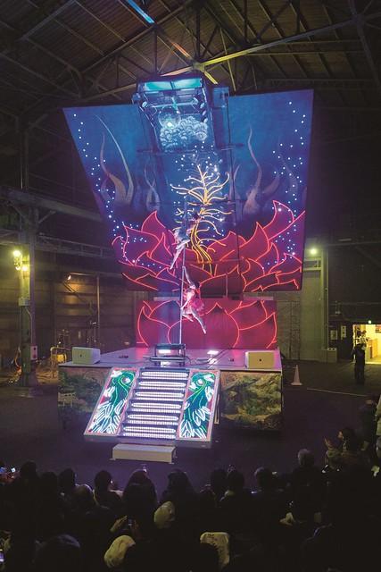 やなぎみわ《『日輪の翼』上演のための移動舞台車》2014, 1,021×652×1,129cm(展開時) 撮影:守屋友樹