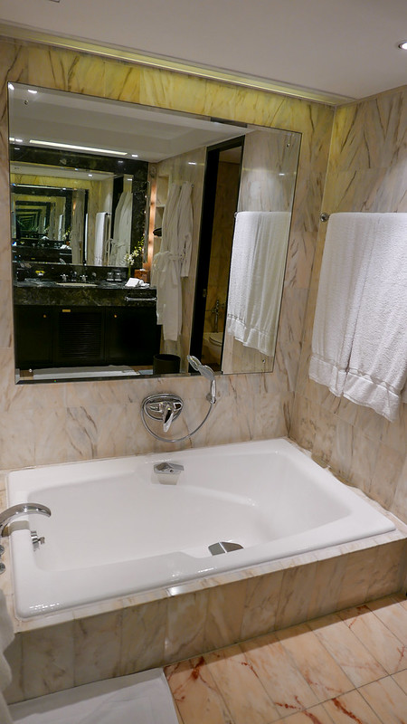 28184404774 d7a372b6a2 c - REVIEW - Intercontinental Hong Kong (Deluxe Room)