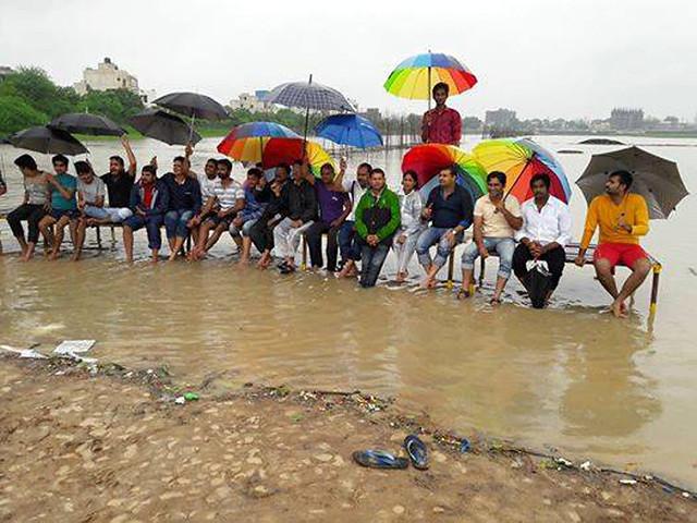 मुख्यमंत्री के कोर्ट भवन बन्द किये जाने के आदेश के बावजूद जलसत्याग्रह करते स्थानीय लोग