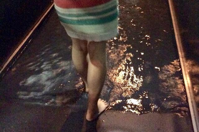 最初に足首までのプール。言ってみれば昔あったプールの消毒槽みたいなもの? DMM.プラネッツ Art by teamLab