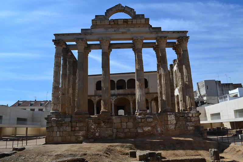 Templo de Diana, se aprecia el palacio ranacentista en su interior.