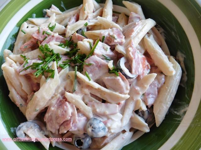 Nudelsalat mit Salami und Oliven