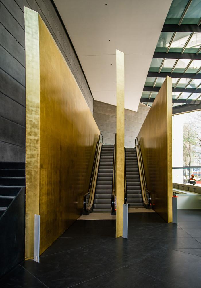 Эскалатор у входа в небоскреб от LBR + A