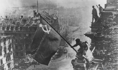 Berlino 1945. La bandiera sovietica sventola sul Reichstag