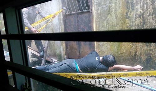 Seorang mayat laki-laki terbujur kaku di belakang Ruko Mess Mahasiswa Lingga di Bintan Centre, Tanjungpinang.